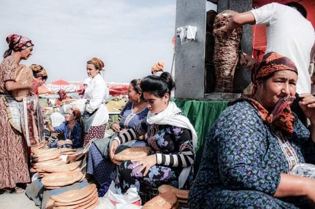 Рынок «Толкучка» в Ашхабаде, Туркменистан.   Фото: messynessychic.com.