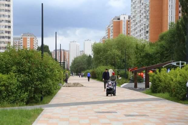 Петр Толстой проверил работы по благоустройству пешеходной зоны в Марьино. Фото: Александр Чикин