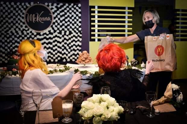 Любовь ибургеры: как пара лесбиянок сыграла свадьбу в«Макдоналдсе» вобход карантина