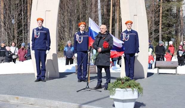 Элиссан Шандалович вКостомукше почтил память павших вВеликой Отечественной войне