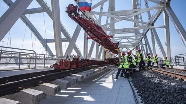 Крым снова стал полуостровом. Завершена укладка рельсов на Крымском мосту