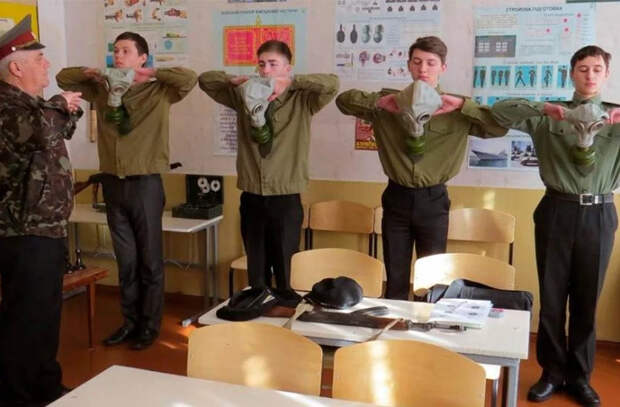 В белорусские школы вернули должность военрука