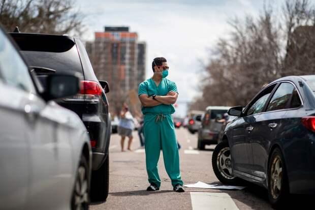 На этих 4 фото врачи пытаются остановить американцев, которые не верят в коронавирус