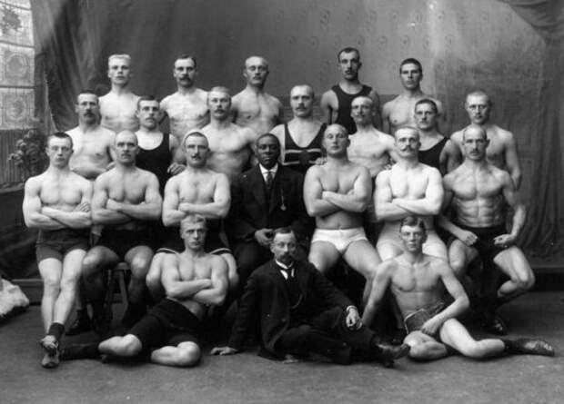 Боксёр Джек Джонсон, первый чернокожий чемпион мира в супертяжёлом весе, и финская полиция, Хельсинки, 1906 год.
