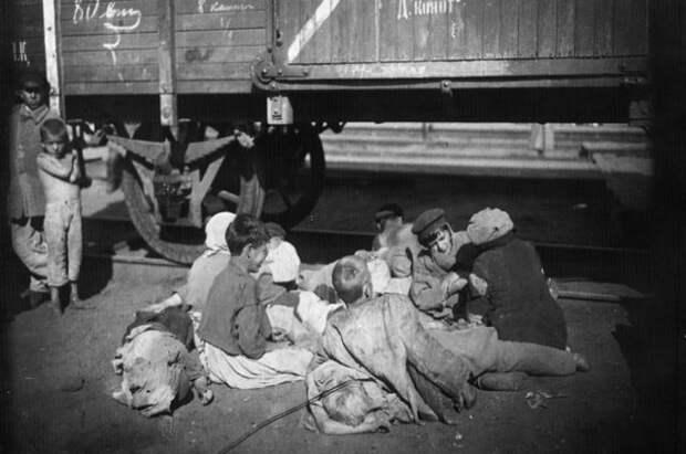 Крестьяне бежали из голодной деревни в поисках лучшей жизни. Порою бросая детей.