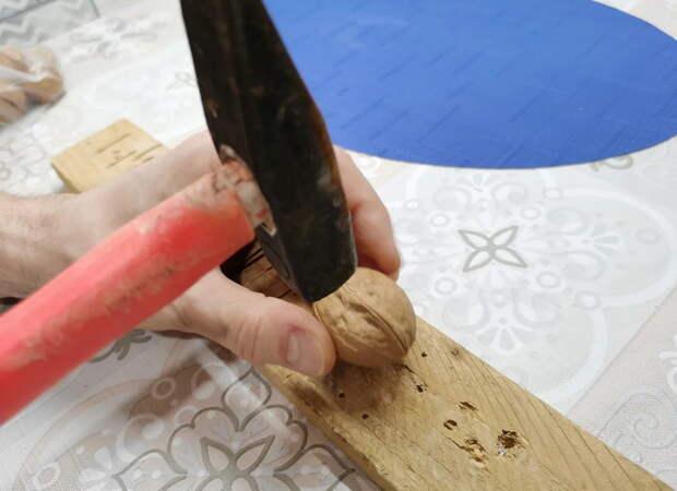 Чищу грецкие орехи при помощи бутылки от шампанского (научился у крымчан). Ядро остаётся целым