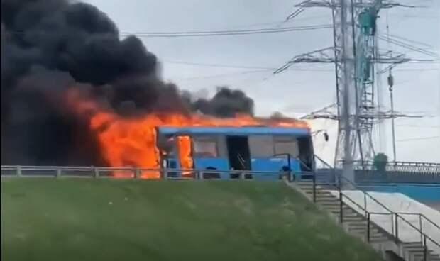 Автобус без пассажиров сгорел на пересечении Алтуфьевского шоссе и МКАД