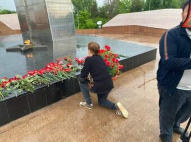 В Шымкенте несут цветы к Вечному огню