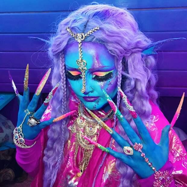 Особенная девушка ЛоурайяЛи считает себя инопланетянкой имечтает осиней коже