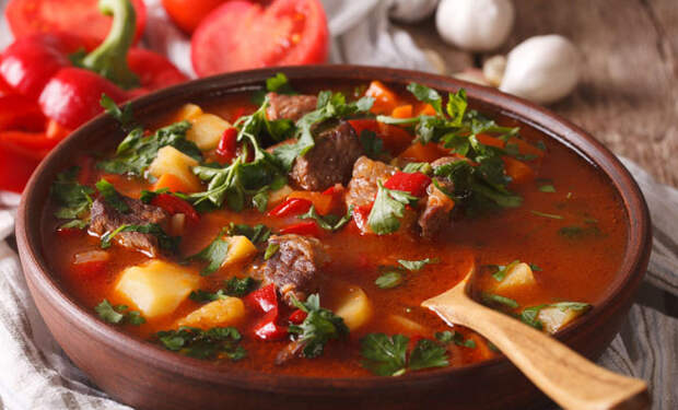 Суп-гуляш наваристее борща: в тарелке ложка стоит