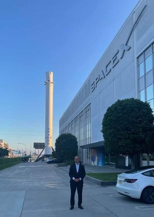 Илон Маск провёл экскурсию внуку и правнуку Сергея Королёва по заводу SpaceX