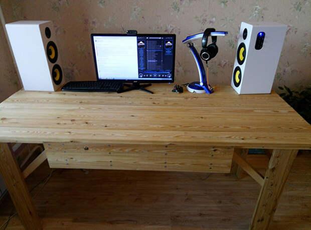 стол из дерева для компьютера