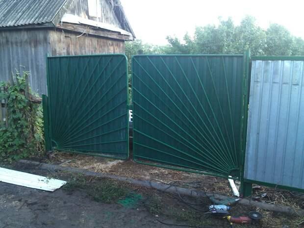 Старая дача. Решили строить забор.
