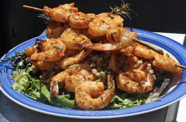 Жарим шашлычки на обычной сковороде: нанизываем на шпажки курицу и рыбу