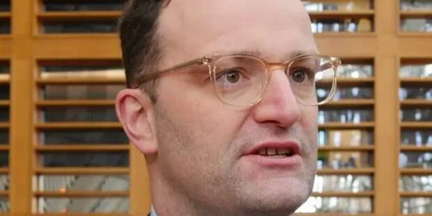 Министр здравоохранения Германии. Открытый гей. К медицине никакого отношения не имеет.