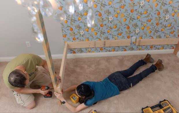 детской сделали удобную двухъярусную кровать, которая выглядит как домик. Это намного проще, чем может показаться