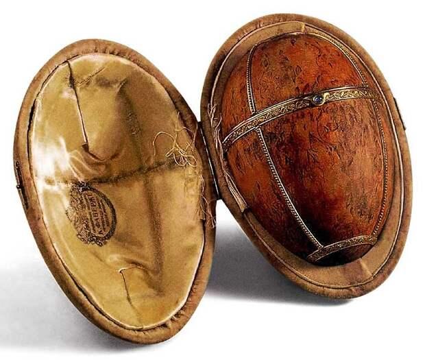 Яйцо Фаберже из карельской березы, инкрустированное золотом
