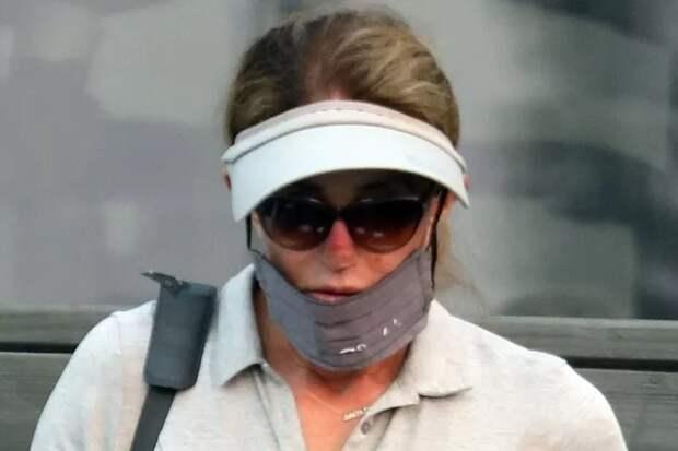 20 знаменитостей, которые носят защитную маску наподбородке