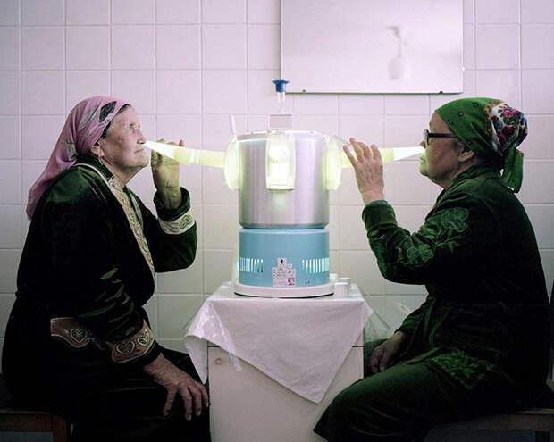 Процедуры с ультрафиолетовой лампой. Санаторий *Аврора*, Киргизстан.