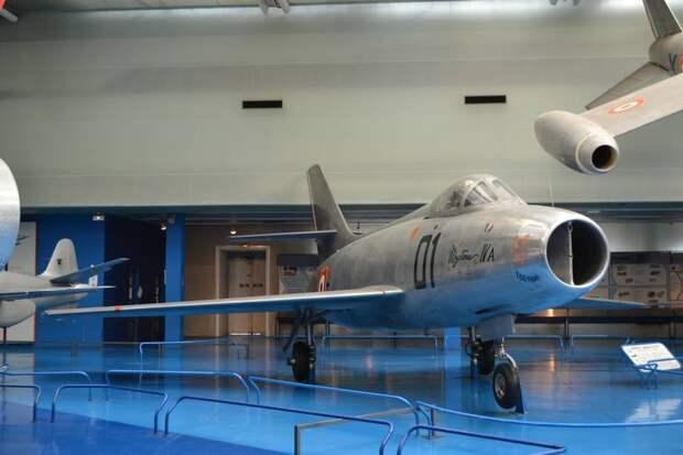 Первый опытный экземпляр околозвукового истребителя Дассо M.D.454-01 «Мистер» IVA. От своих предшественников M.D.452 «Мистер» II и M.D.450 «Ураган» самолет имеет уже столько отличий, что родство почти не просматривается. Это хорошо видно, когда они стоят рядом