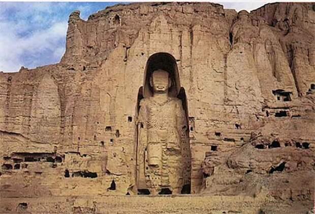 За обломками статуй были обнаружены неизвестные ранее наскальные рисунки и надписи.