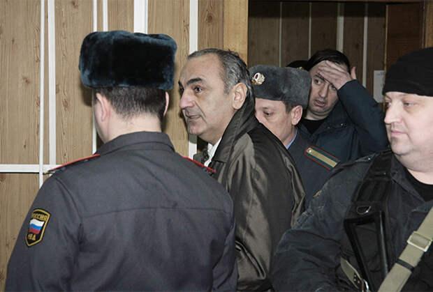 24 марта 2010 года. Тариэл Ониани (Таро, в центре), обвиняемый в похищении предпринимателя и вымогательстве, в Хамовническом суде Москвы