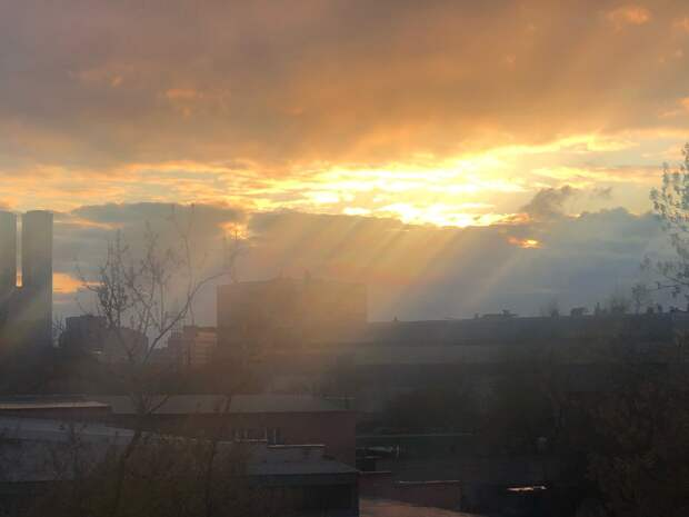Фото дня: лучи солнца озарили Анненскую улицу