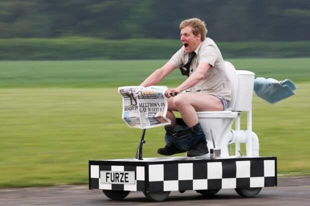 Гениальная техника от простого сантехника: британец сконструировал скоростной унитаз на колесах