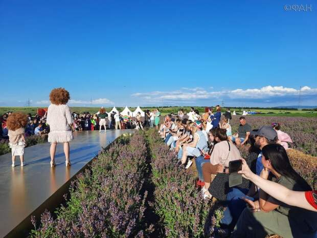 Крымская неделя моды открыла летний сезон в цветущем шалфейном поле