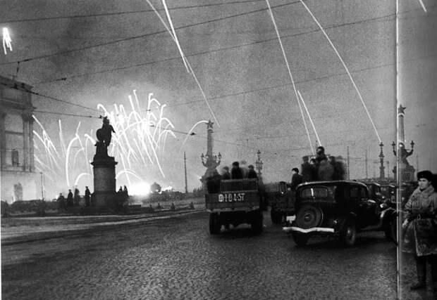Ленинградцы на Суворовской площади смотрят салют в ознаменование снятия блокады. 1944