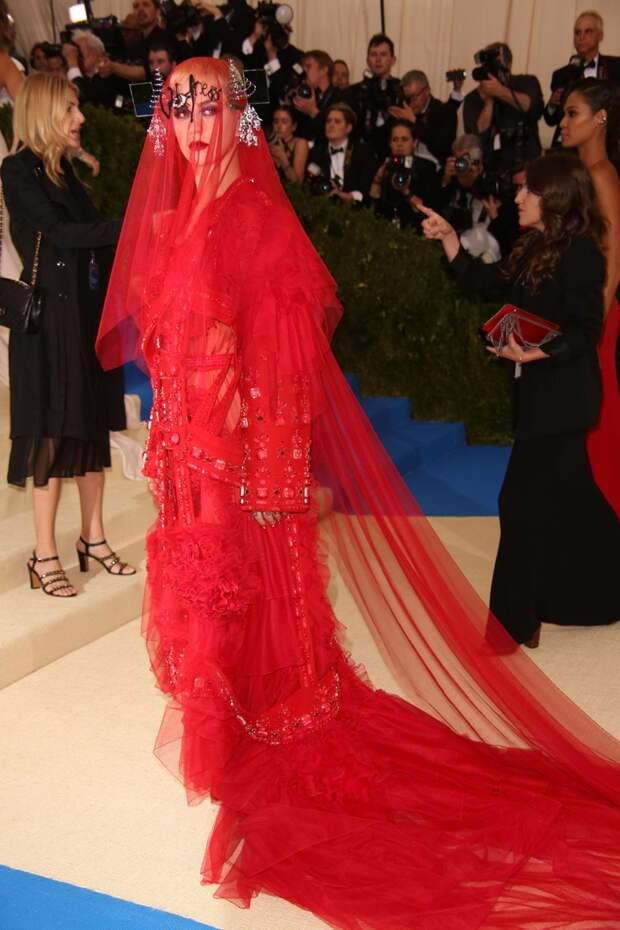 Платье из стекла и узкий корсет: наряды звезд, которые заставили их страдать на красных дорожках