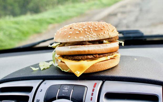 8 вкусных штук, которые опасно есть (и пить) за рулем