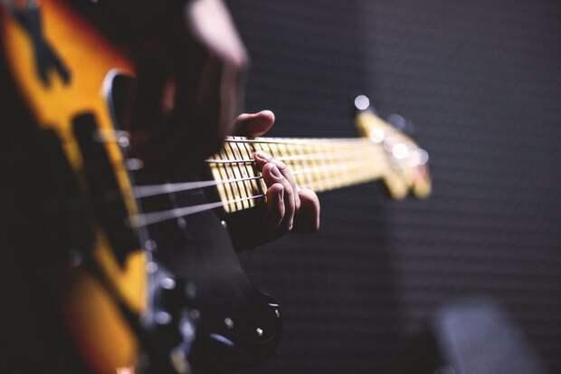 Бесплатный мастер-класс по игре на гитаре пройдет на улице Сальвадора Альенде