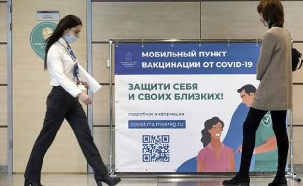 На фото: пассажир у мобильного пункта вакцинации от COVID-19 в аэропорту Домодедово.