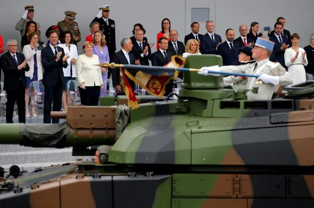 Французский военный парад в День взятия Бастилии.png