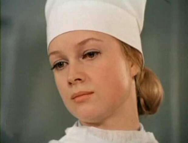 Врач-хирург Ирина Лозовская - Одиннадцать надежд (1975)