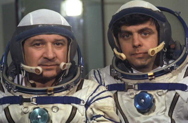 Первый экипаж станции «Мир» и последний экипаж станции «Салют-7»: космонавты Леонид Кизим (слева) и Владимир Соловьев