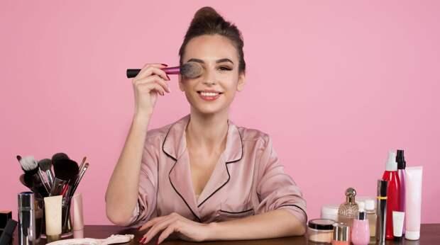 Карантинный макияж: как сидя дома не выглядеть бездомной