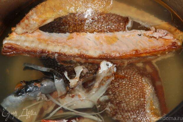 Из рыбных остатков готовим бульон. Затем его процеживаем, отбираем с хребтов мякоть и отправляем обратно в бульон.