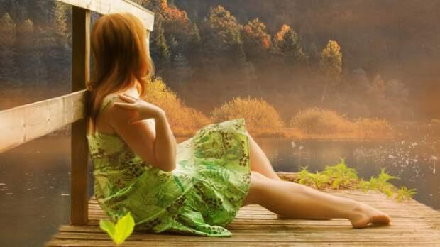 Милая девушка на рассвете у речки - обои на телефон бесплатно.