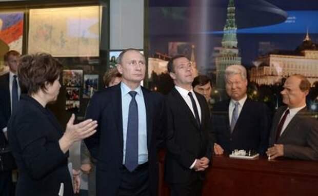 На фото: дочь экс-президента РФ Б. Ельцина Татьяна Юмашева, президент РФ Владимир Путин и премьер-министр РФ Дмитрий Медведев (слева направо)