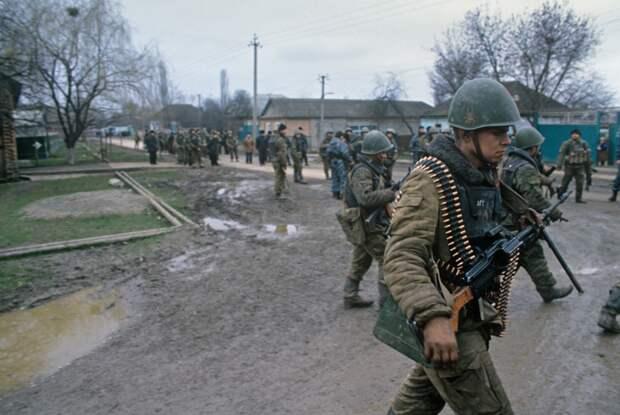 Солдаты федеральных войск в одном из поселков Чеченской республики