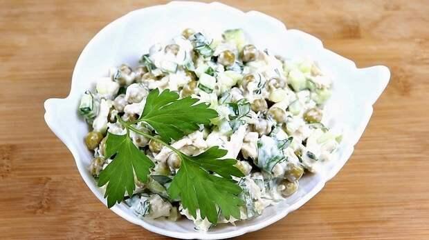 Фото к рецепту: Салат с курицей, огурцом и зелёным горошком