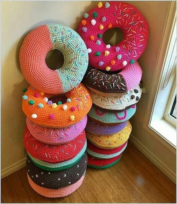 Вязаные пуфики-подушки в детскую девочке