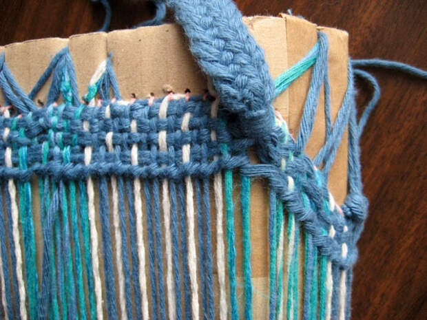 turquoise-hand-bag-weaving-in-strap-threads (600x450, 302Kb)