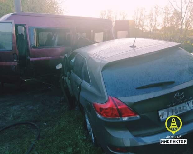 Петербуржец на «Тойоте» прилетел на территорию МВД, врезался в детский микроавтобус и загорелся