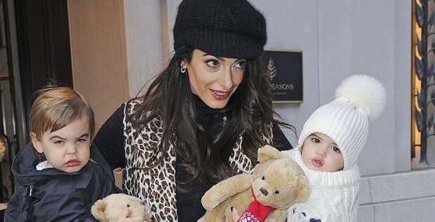 Амаль Клуни показала близнецов Эллу и Александра