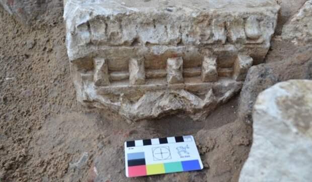 Столичные археологи начали раскопки перед проведением реставрации памятника Минину и Пожарскому