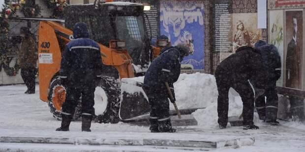 Горы снега убрали возле автобусной остановки на Менжинского