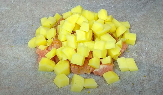 Готовим ужин в бумажном кульке: кладем вместе мясо с картошкой и ждем 40 минут
